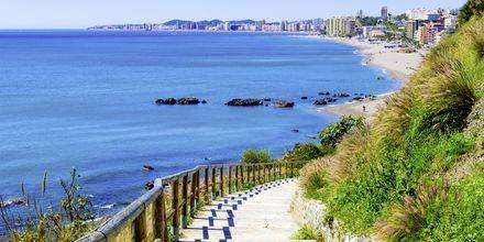 Vejen ned til stranden Playa de Carvajal i Fuengirola på Costa del Sol.