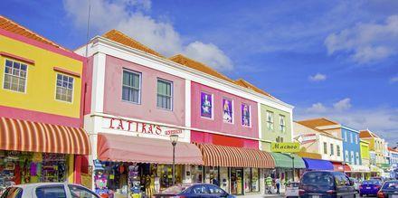 Hovedstaden hedder Willemstad, og er kendt for sine farverige bygninger, Curacao.