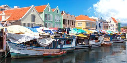 En sjov turistattraktion i Curacao er det flydende frugtmarked.
