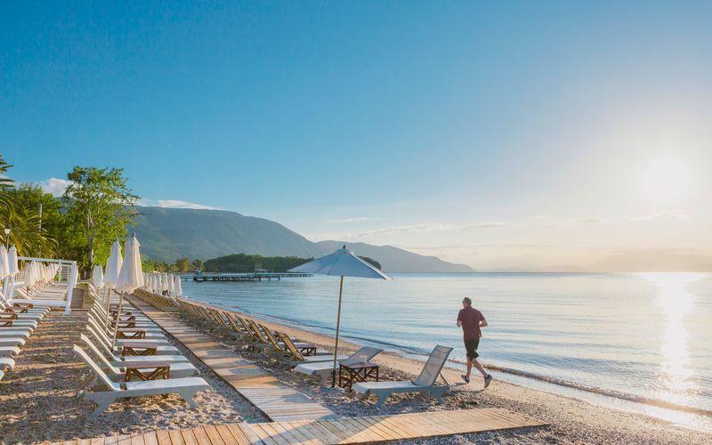 Stranden i Dassia på Korfu, Grækenland.