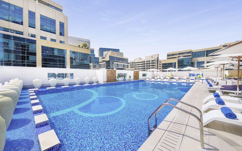 Pool på Doubletree by Hilton Business Bay i Dubai.