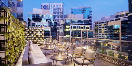 Poolbaren Bay Club på Doubletree by Hilton Business Bay