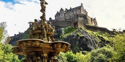 Statuer i Princess Street Gardens med Edinburgh Castle ovenfor.