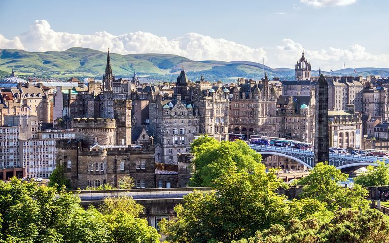Edinburgh er opdelt i to dele, Old Town og New Town. Begge dele er flere hundrede år gamle.