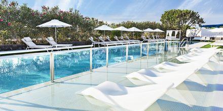 Pool i hotellets premium-område for gæster i Grand Suite og Junior-suite deluxe på Elba Lanzarote Royal Village Resort, Lanzarote.