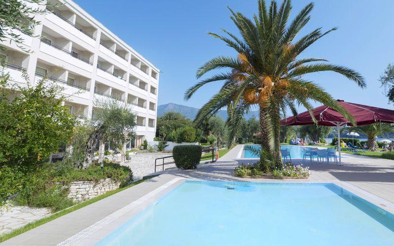 Poolområdet på Hotel Elea Beach i Dassia på Korfu.