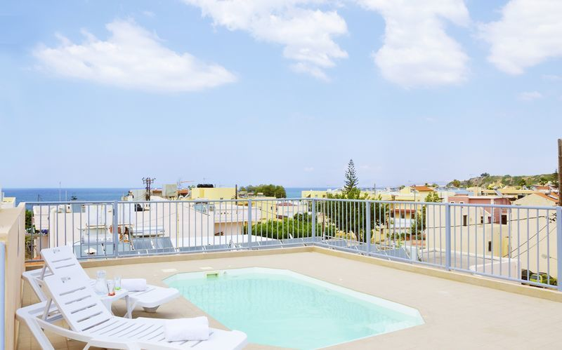 Den lille pool på tagterrassen på Hotel Elia i Kato Stalos på Kreta, Grækenland.