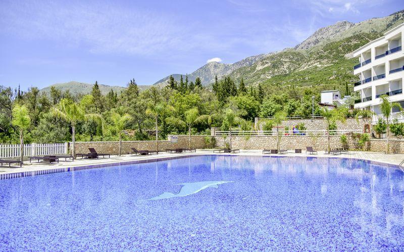 Poolområde på Hotel Elysium i Dhermi, Albanien.