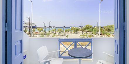 Dobbeltværelse med udsigt mod havet på Hotel Erato i Karlovassi på Samos, Grækenland.