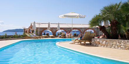 Poolområdet på hotel Esperides på Skiathos, Grækenland.
