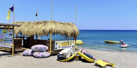 Stranden ved Esperides Beach Family Hotel på Rhodos, Grækenland.