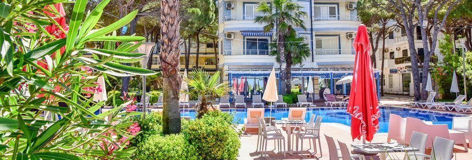 Poolen på Fafa Apartments, Durres Riviera, Albanien.
