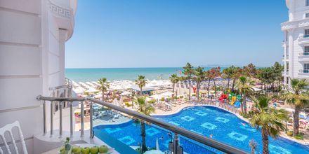 Poolområde på Hotel Fafa Grand Blue i Durres Riviera i Albanien.
