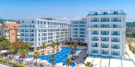 Poolområdet på Hotel Fafa Grand Blue i Durres Riviera i Albanien.