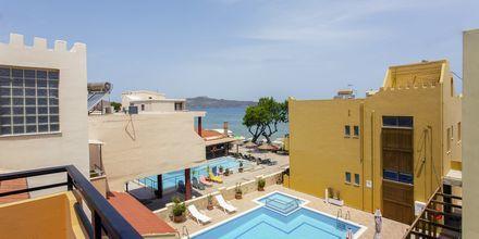 1-værelses lejligheder med udsigt over poolen på hotel Faros i Kato Stalos, Kreta.