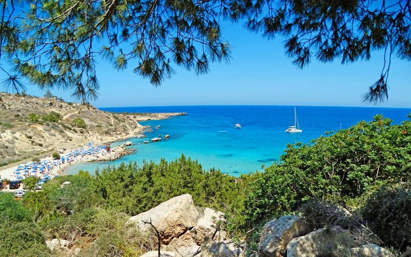 Langs Protaras kyst findes der mange små fine strande.