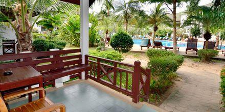 Deluxe-værelse i bungalow på First Bungalow Beach Resort på Koh Samui, Thailand.
