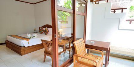Deluxe-værelse i bungalow på Hotel First Bungalow Beach Resort på Koh Samui, Thailand.