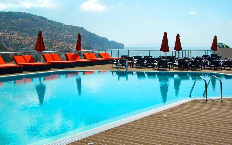 Poolområde på Hotel Four Views Baia på Madeira, Portugal.