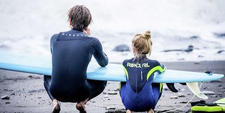 Surfing i Porto da Cruz på Madeira i Portugal