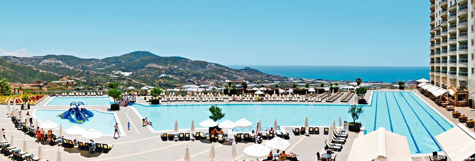 Poolområde med olympisk pool på Hotel Goldcity Holiday Resort i Alanya, Tyrkiet.