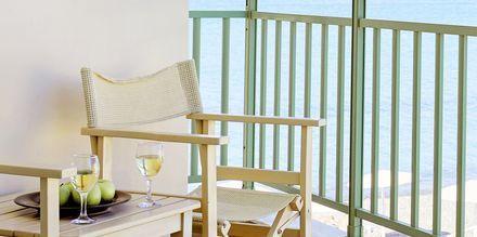 Dobbeltværelse med balkon og havudsigt på Grand Bay Beach Resort Giannoulis Hotels på Kreta, Grækenland.