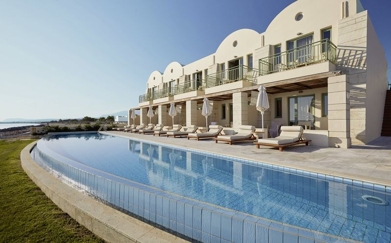 Poolområde på Grand Bay Beach Resort Giannoulis Hotels på Kreta, Grækenland.