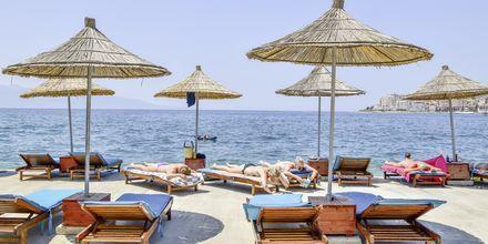 Stranden ved Grand Hotel i Saranda, Albanien.