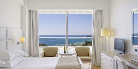 Dobbeltværelse med havudsigt på Hotel Grecian Sands, Cypern.