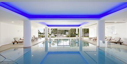 Indendørspool på Hotel Grecian Sands, Cypern.