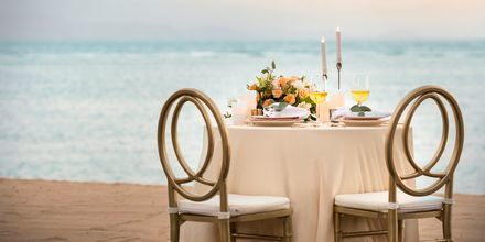 Romantisk middag ved havet på Hotel Griya Santrian på Bali, Indonesien.