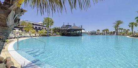 Poolområdet på Hotel H10 Rubicon Palace i Playa Blanca på Lanzarote.