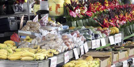 Frugt og blomster til salg på Big Island.