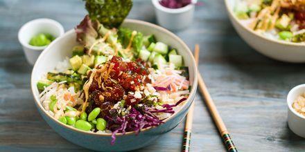 Pokebowl med frisk fisk og grøntsager.