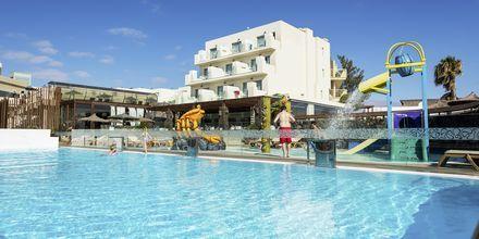 Poolområde på Hotel HD Beach Resort på Lanzarote, De Kanariske Øer.