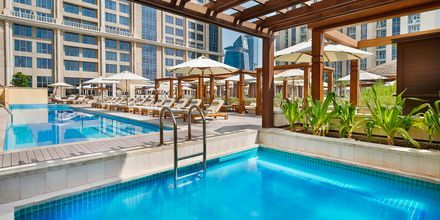 Poolområde på Hilton Dubai al Habtoor City, Dubai.