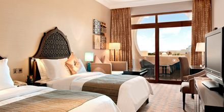 Deluxe-værelse på Hotel Hilton Ras Al Khaimah Resort & Spa i Ras Al Khaimah, De Forenede Arabiske Emirater.