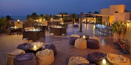 Tagterrassebaren ovenpå restaurant Al Bahar på Hotel Hilton Ras Al Khaimah Resort & Spa i Ras Al Khaimah, De Forenede Arabiske Emirater.