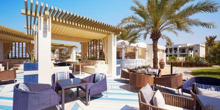 Sol Beach Bar på Hotel Hilton Ras Al Khaimah Resort & Spa i Ras Al Khaimah, De Forenede Arabiske Emirater.