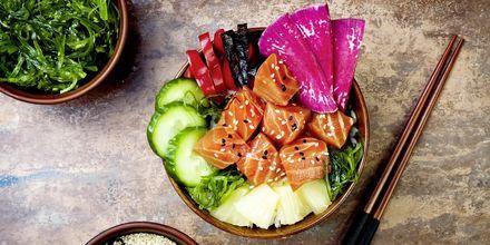 Et almindeligt måltid i Honolulu er en såkaldt poké bowl. Her er en med tang, vandmelon, radiser, agurk, ananas og laks.