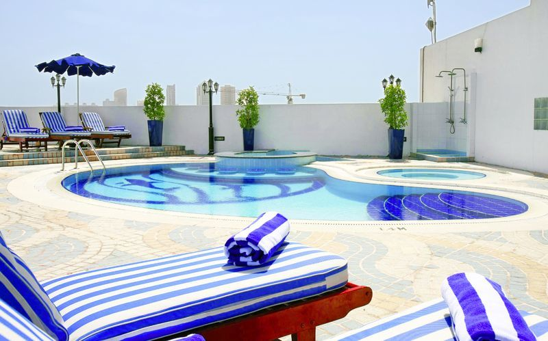 Pool på Hotel Howard Johnson i Bur Dubai.