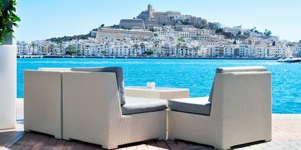 Nyd afslappende dage på Ibiza med sol, strand og god mad.