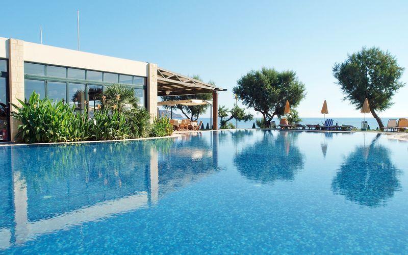 Poolområde på Hotel Iolida Star på Kreta, Grækenland.