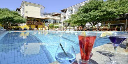 Poolområdet på hotel Ionia på Skopelos, Grækenland.