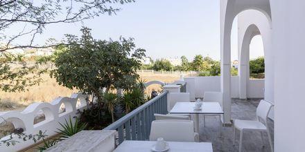 Morgenmadsrum på hotel Iris i Kamari, Santorini.
