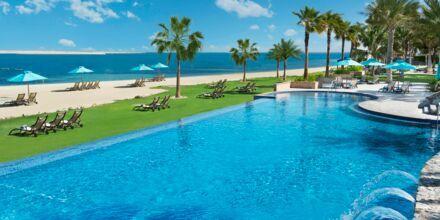 Poolområde ved stranden på Hotel JA  Beach i Dubai, De Forenede Arabiske Emirater.
