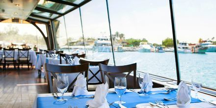 Den flydende a la carte-restaurant DiZAS på Hotel JA  Beach i Dubai, De Forenede Arabiske Emirater.