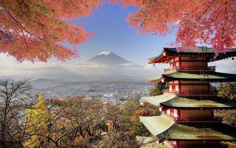 Japans højeste bjerg, Fuji, og et smukt tempel.