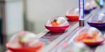 Sushi på rullende bånd, det vil du ofte møde på restauranter i Japan!