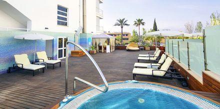 Solterrasse med jacuzzi på hotel JS Sol de Alcudia, Mallorca.